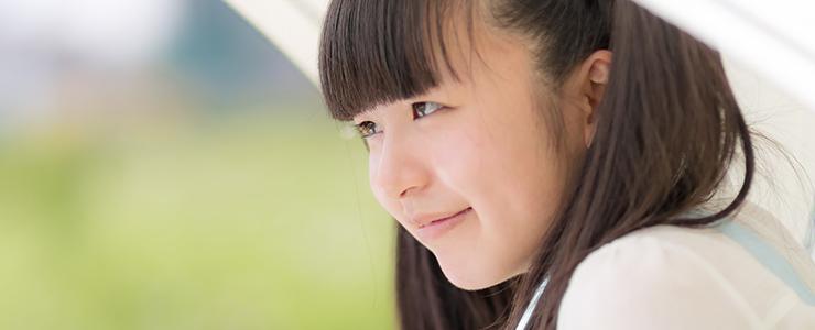楽しそうに微笑むツインテール女子