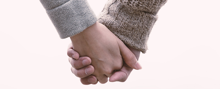 何度目かのデートで初めて手をつなぐ男女