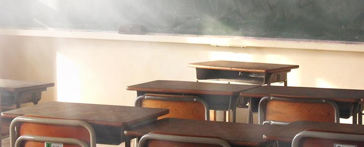 高校の放課後の教室