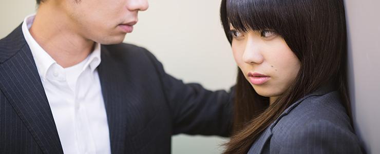 強引に迫る男性にドン引きする女子
