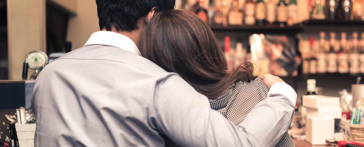 バーで良い感じの雰囲気のカップル