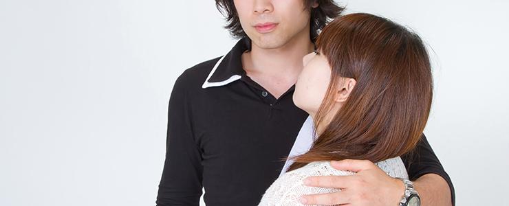 優しく女子の肩を抱く男性