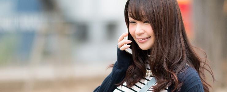楽しそうに電話で話す女子