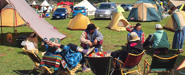 友人達とキャンプを楽しむ男性
