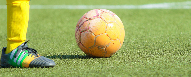 趣味のサッカーに打ち込む男性