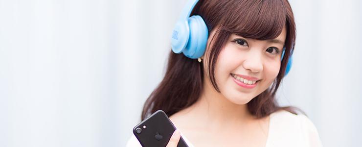 Bluetoothで音楽を楽しむ女子