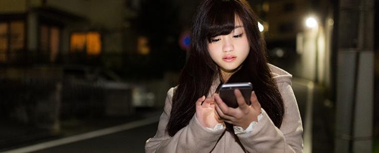 帰宅途中にスマホで出会い系サイトにログインする女子