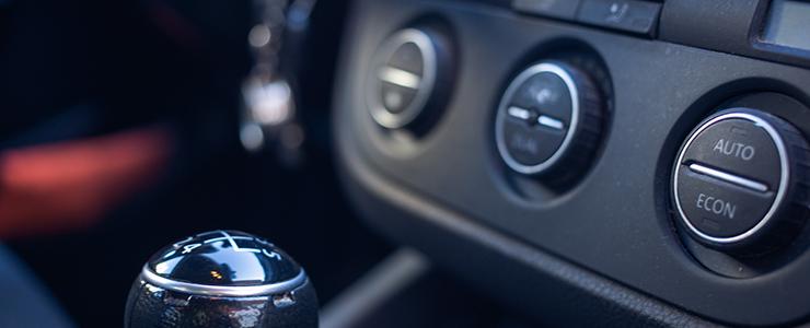 ドライブ中、女子は男性の色んな所を見ています。
