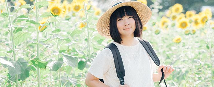 デートで嬉しそうな麦わら帽子の似合う女の子
