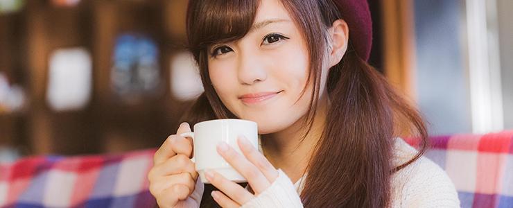 カフェのコーヒーでぽかぽかな女子