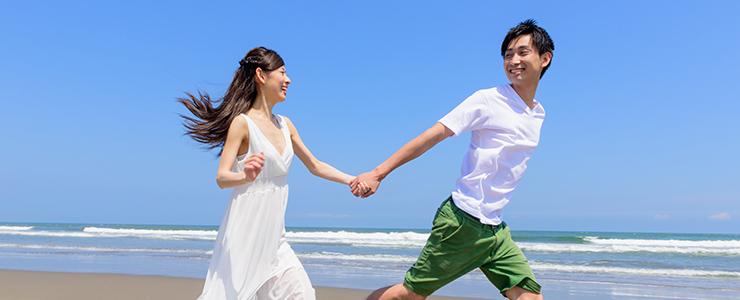 仲良く浜辺を走る男女