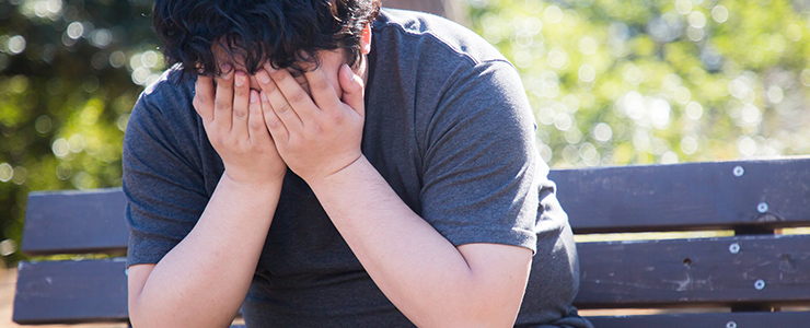悪質出会い系業者に騙されて公園で一人泣く男性
