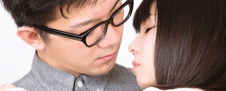 キスをしようとする真剣交際カップル